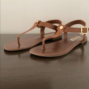 Steve Madden Brown Leathee thong sandals.